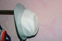 在挂衣架的帽子 库存图片