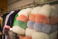 在挂衣架的皮大衣在皮革和毛皮购物 库存图片