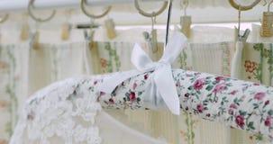 在挂衣架的美丽的白色豪华婚礼礼服在轻的内部背景  股票视频