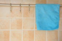在挂衣架的蓝色洗碗布 免版税库存图片