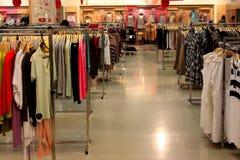 在挂衣架的衣物在商店 免版税库存照片