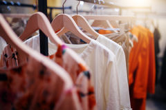 在挂衣架的衣物在现代商店精品店 图库摄影
