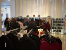 在挂衣架的衣裳在一家大商店 免版税库存照片