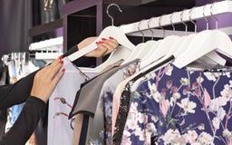 在挂衣架的衣裳在时尚精品店 免版税库存照片