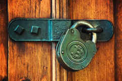 在挂锁的Bitcoins 库存照片