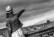在指向某事的巴塞罗那前面都市风景的妇女 免版税库存图片