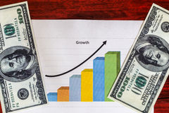 在指向箭头企业买卖人概念巨型的增长附近 免版税库存图片