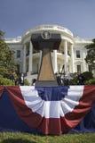 在指挥台的总统封印在白宫的南门廓前面 免版税库存图片