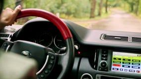 在指点轮子仪表板窗口的里面汽车手在雨下 股票录像