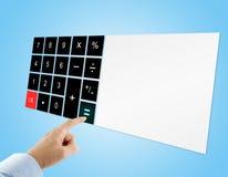 在按在触摸屏数字式计算器的蓝色衬衣的商人等号按钮有在蓝色背景的空白的显示的 免版税图库摄影