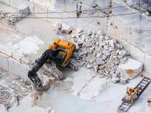 在挖掘工作期间的机械刀片在一件大理石猎物 免版税图库摄影
