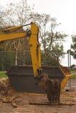 在挖掘机的大型垃圾桶之后的胳膊 库存图片