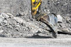 在挖掘的推土机 免版税库存照片