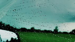 在挡风玻璃的方式雨下落 免版税图库摄影