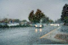 在挡风玻璃的雨珠,当驾驶在一个雨天在秋季,加利福尼亚期间时 图库摄影