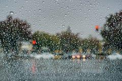在挡风玻璃的雨珠,当驾驶在一个雨天在秋季,加利福尼亚期间时 免版税库存照片