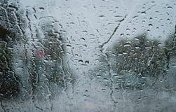 在挡风玻璃的雨珠 免版税库存图片
