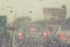 在挡风玻璃汽车的雨下落 免版税库存照片
