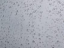 在挡风玻璃的雨下落 库存图片