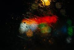 在挡风玻璃的雨下落 库存照片
