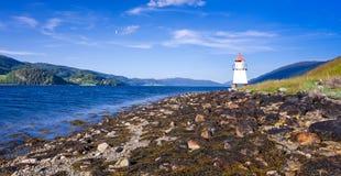 在挪威夏天海岸的灯塔 免版税库存照片
