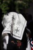 在挪威宪法天头戴的传统被绣的头巾,国庆节 库存图片