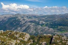 在挪威山的五颜六色的夏天风景 库存图片