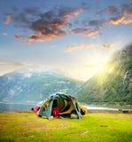 在挪威山的旅游帐篷在日出 免版税库存图片