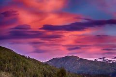 在挪威山的疯狂的日出 免版税库存图片