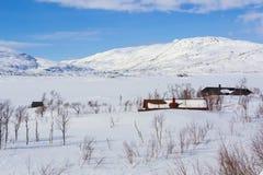 在挪威山的风景冬天视图在冬天。 库存图片