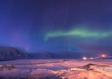 在挪威斯瓦尔巴特群岛朗伊尔城市山的极性北极北极光极光borealis天空星 库存图片