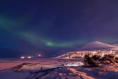 在挪威斯瓦尔巴特群岛朗伊尔城市山的极性北极北极光极光borealis天空星 免版税库存照片