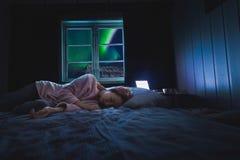 在挪威旅行博客作者女孩人斯瓦尔巴特群岛的北极北极光极光borealis天空星在朗伊尔城市月亮山 免版税库存图片