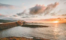 在挪威日落风景的大西洋路 图库摄影