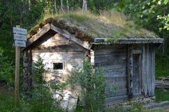 在挪威木头的老客舱 免版税库存图片