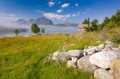 在挪威海海岛上的有雾的早晨 库存图片