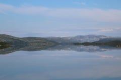 在挪威湖的反射 免版税库存图片