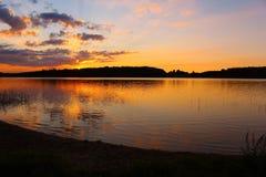 在挪威湖的日落 免版税库存图片