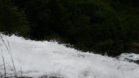 在挪威的山的瀑布多雨天气的 股票录像