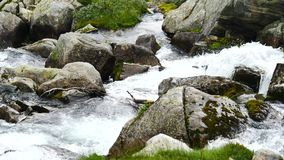 在挪威的山的瀑布多雨天气的 股票视频