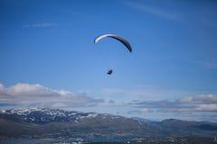 在挪威的滑翔伞 免版税图库摄影