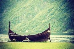 在挪威自然的老木北欧海盗小船 图库摄影