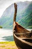 在挪威自然的老木北欧海盗小船 免版税库存图片