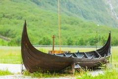 在挪威自然的老木北欧海盗小船 免版税图库摄影
