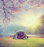 在挪威野营的春天 在挪威山的旅游帐篷在日出 免版税库存图片