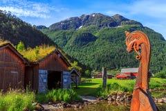在挪威风景的老北欧海盗小船复制品 免版税库存图片