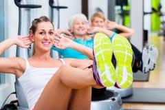 在振动片的小组在健身房训练 库存图片