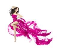 在振翼的礼服,有wav的时装模特儿舞蹈家的妇女跳舞 免版税图库摄影