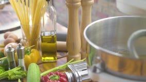 在捏制机机器的揉的面团在意大利面团和意粉背景 厨房自创的搅拌器makingdough 股票录像