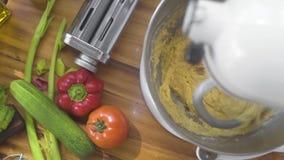 在捏制机机器的揉的面团在食物背景的意大利面团的 比萨的厨房搅拌器混合的面团 股票录像